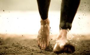 Идти по грязи в обуви, босиком во сне
