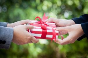 К чему снится подарок, значение сна с фото
